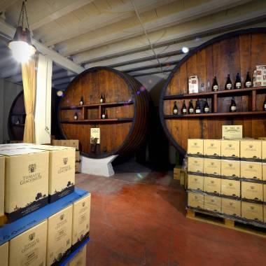 Le botti e il vino in box delle Cantine Toniatti Giacometti
