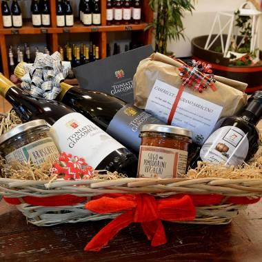 Una cesta con i prodotti del territorio e i vini della Cantina Toniatti Giacometti