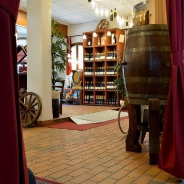 L'interno del punto vendita delle Cantine Toniatti Giacometti a Latisana